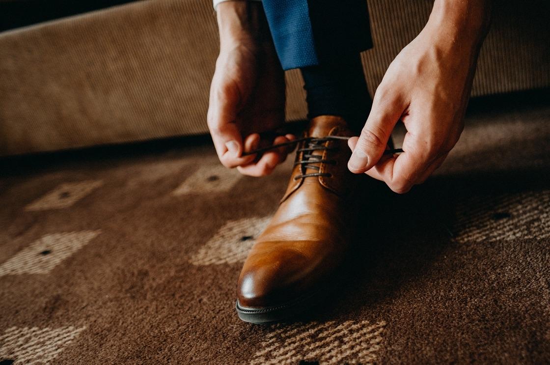 Vestuvinė fotosesija jaunojo pasiruošimas batai Vilnius fotografas