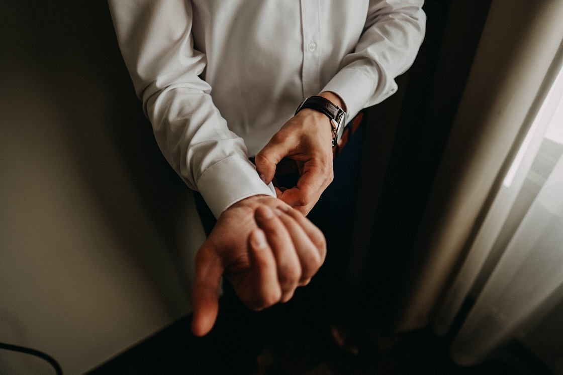 Vestuvinė fotosesija jaunojo pasiruošimas laikrodis Vilnius fotografas