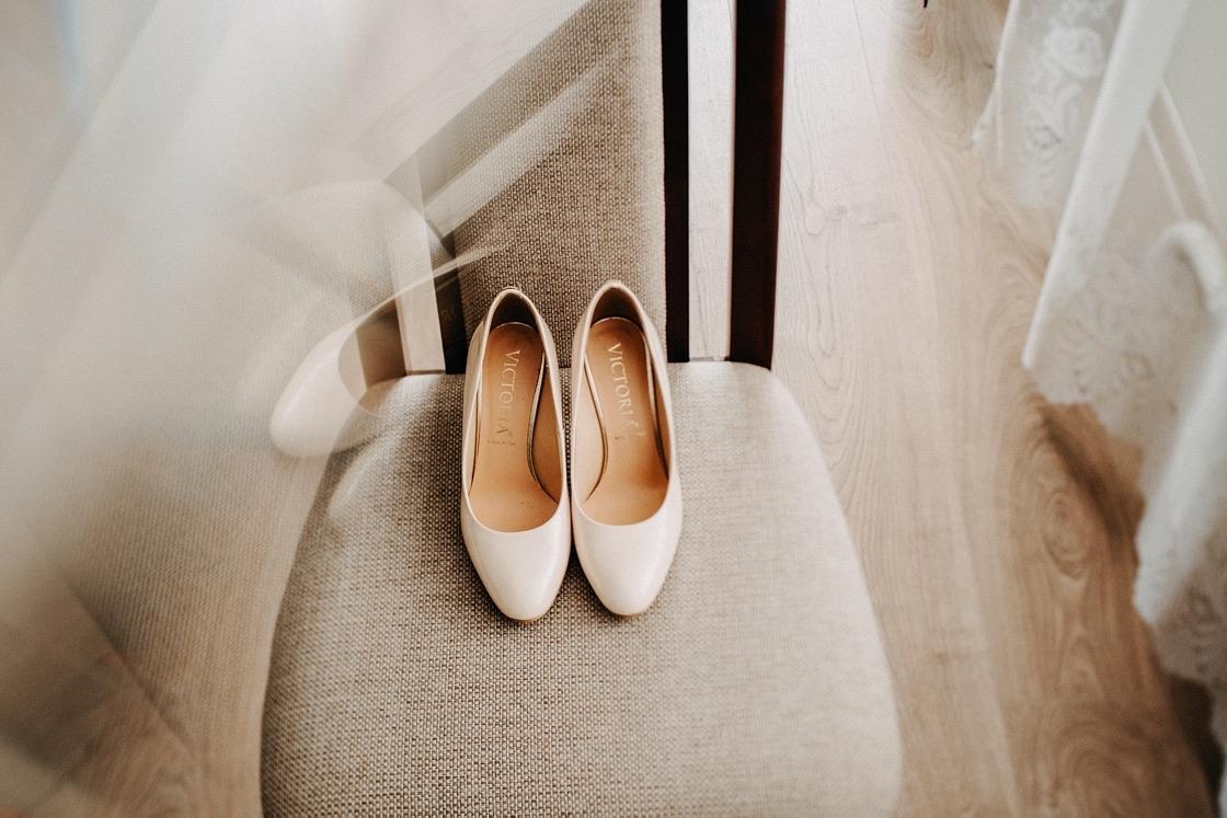 Vestuvinė fotosesija nuotakos pasiruošimas bateliai Vilnius fotografas