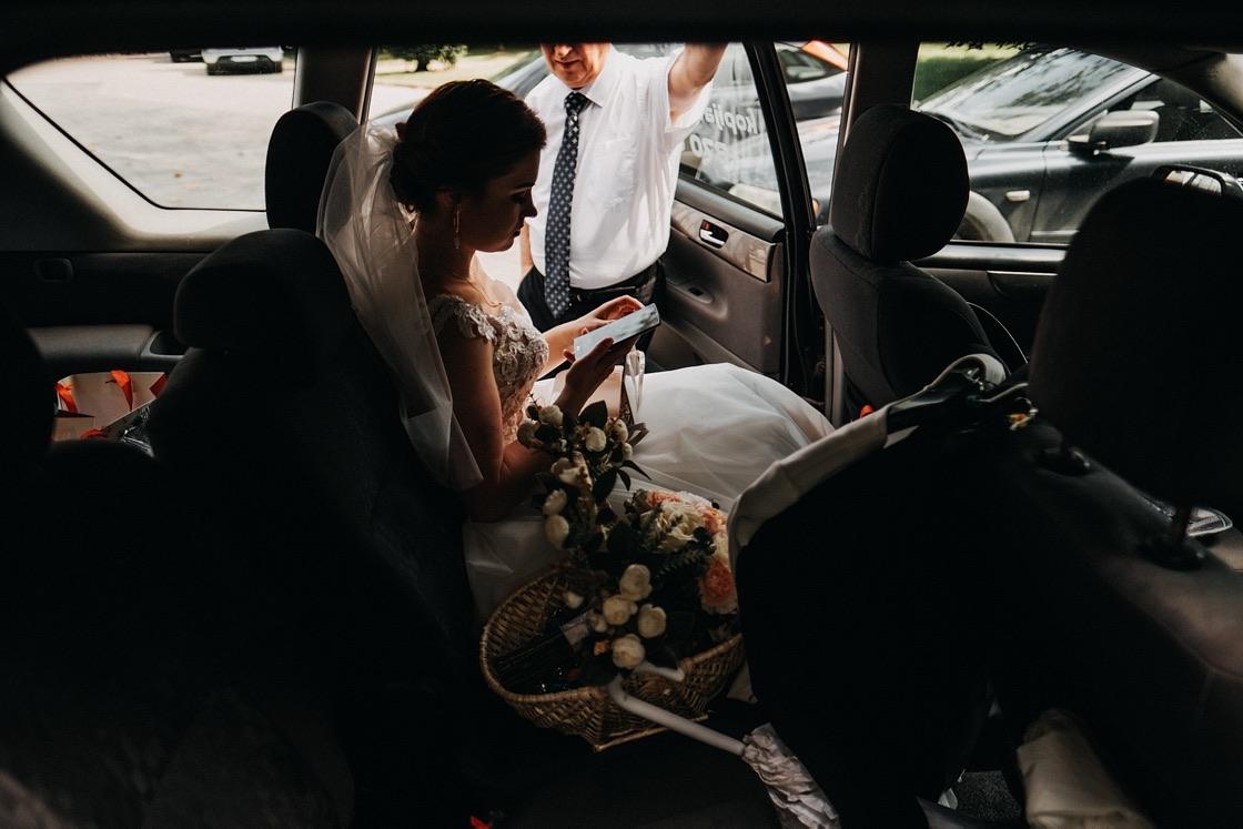 Vestuvinė fotosesija nuotakos pasiruošimas automobilis Vilnius fotografas