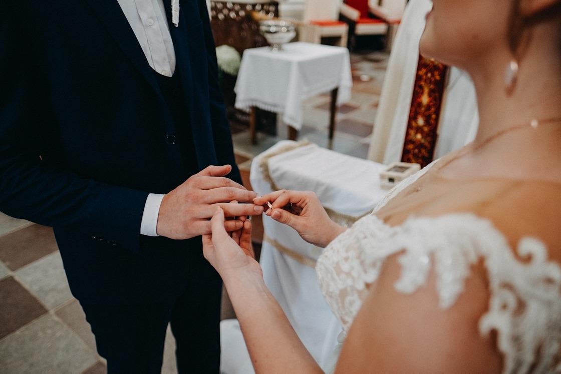 Vestuvinė fotosesija Trakų Švč. Mergelės Marijos Apsilankymo bazilika žiedai Vilnius fotografas