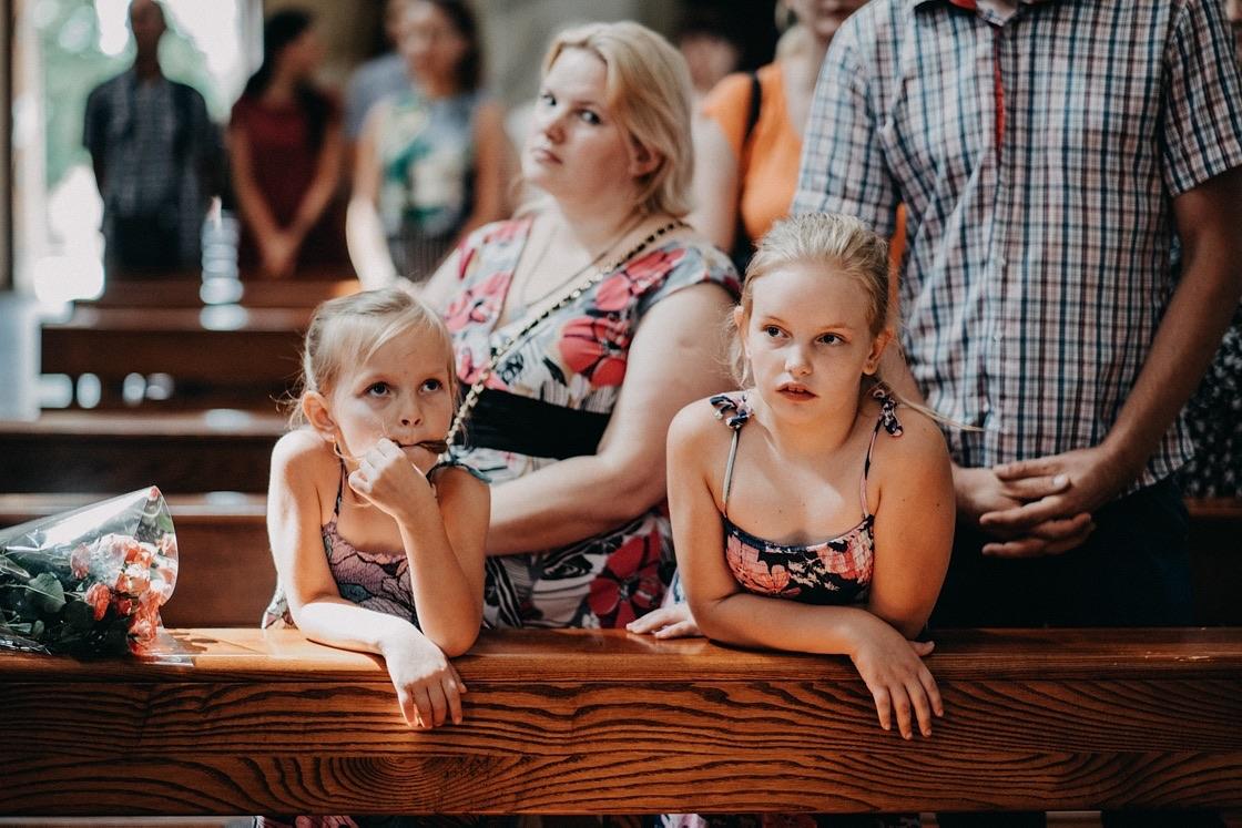 Vestuvinė fotosesija Trakų Švč. Mergelės Marijos Apsilankymo bazilika vaikai mergaitės Vilnius fotografas