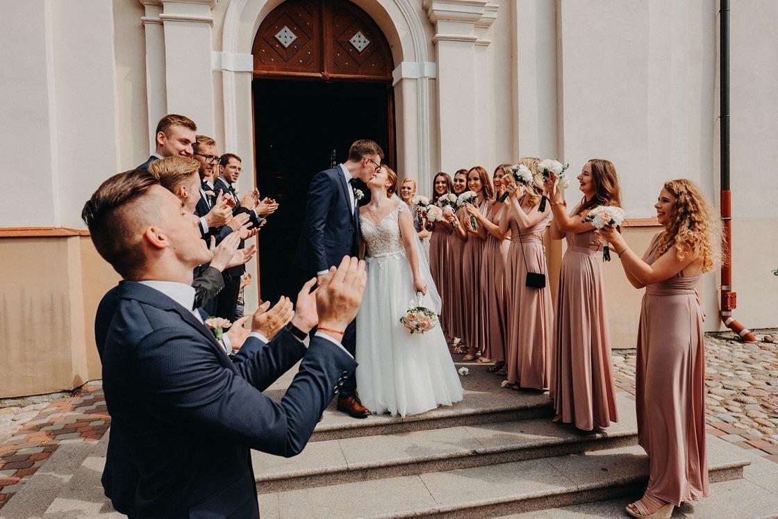 Vestuvinė fotosesija Trakų Švč. Mergelės Marijos Apsilankymo bazilika žiedlapiai bučinys Vilnius fotografas