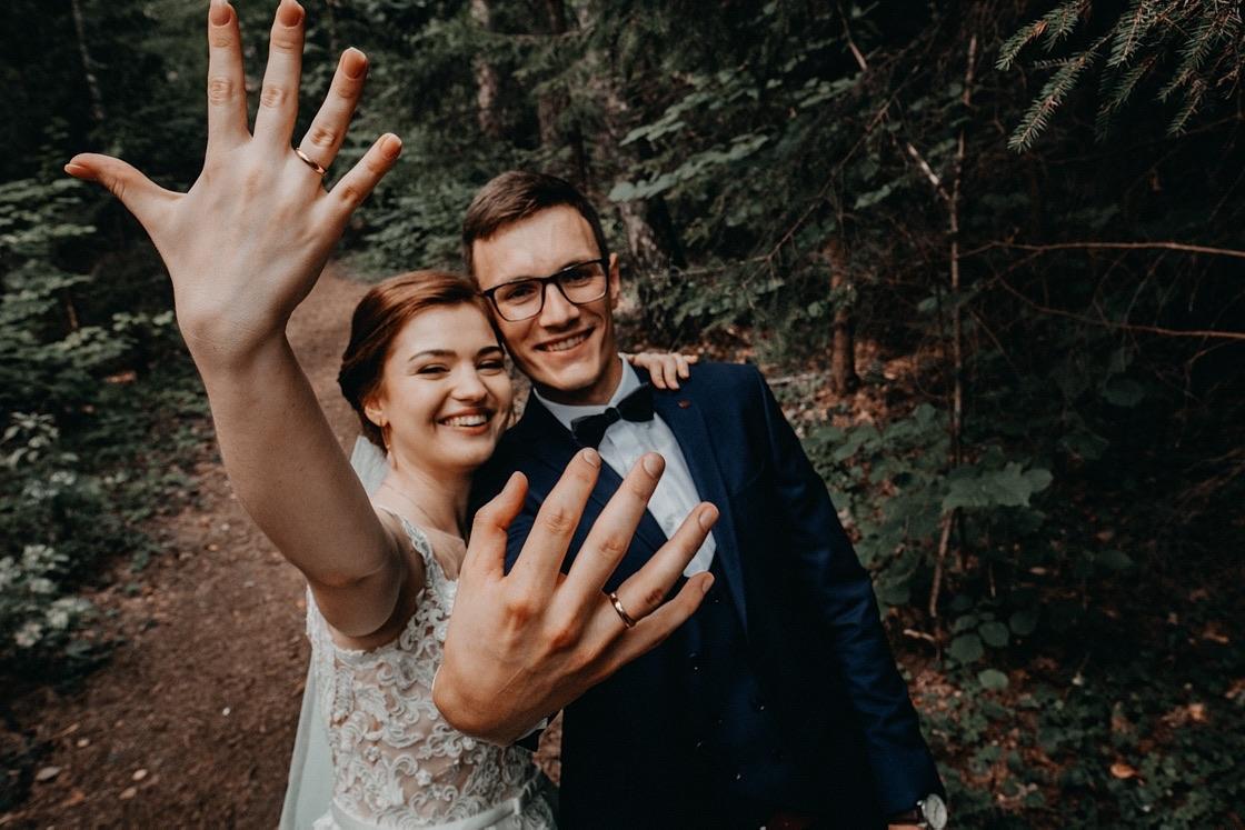 Vestuvinė fotosesija Trakuose miškas jaunieji žiedai Vilnius fotografas