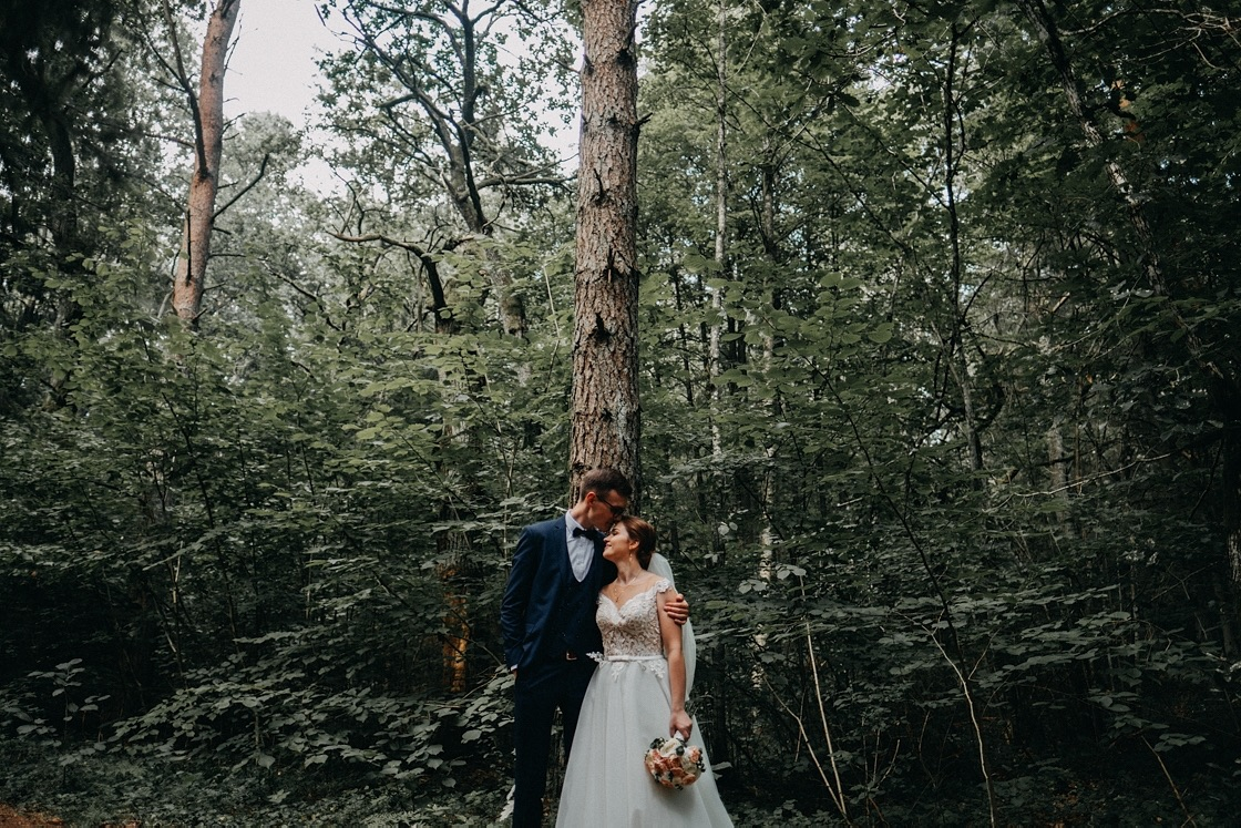 Vestuvinė fotosesija Trakuose miškas jaunieji Vilnius fotografas