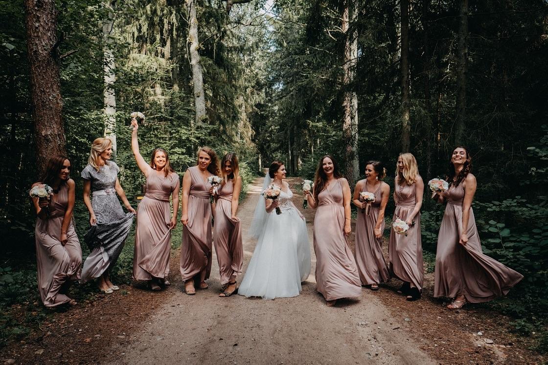 Vestuvinė fotosesija Trakuose miškas jaunoji pamergės suknelės puokštės Vilnius fotografas