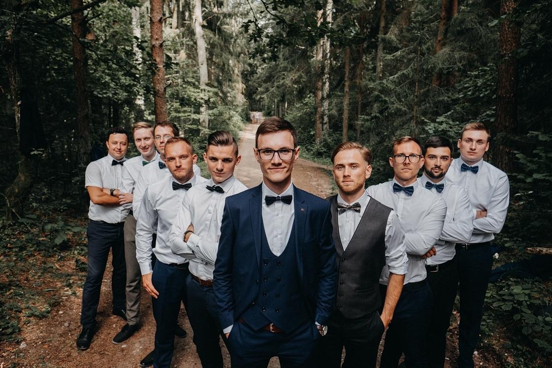 Vestuvinė fotosesija Trakuose miškas jaunasis pabroliai apranga kostiumas Vilnius fotografas