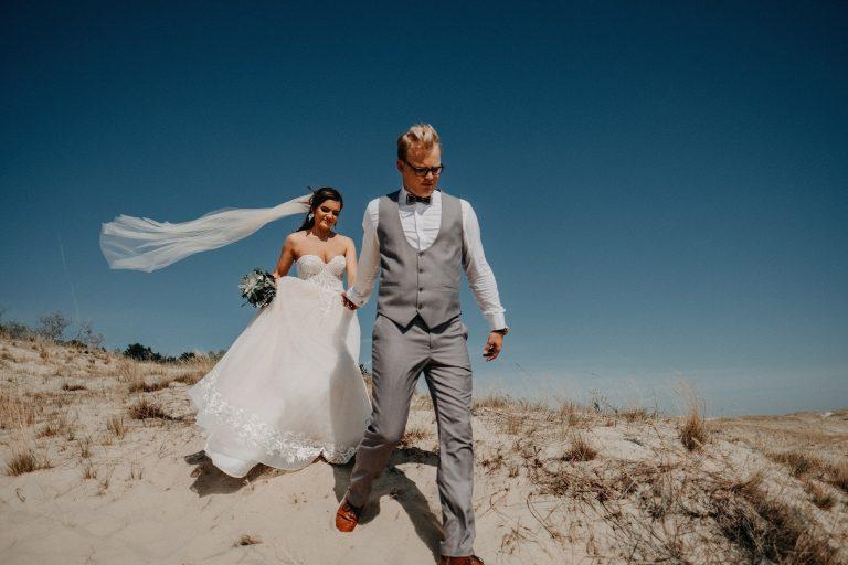 Vestuvės Nidoje fotosesija fotografas kopos parnidžio suknelė nuotaka puokštė Vilnius Klaipėda jūra