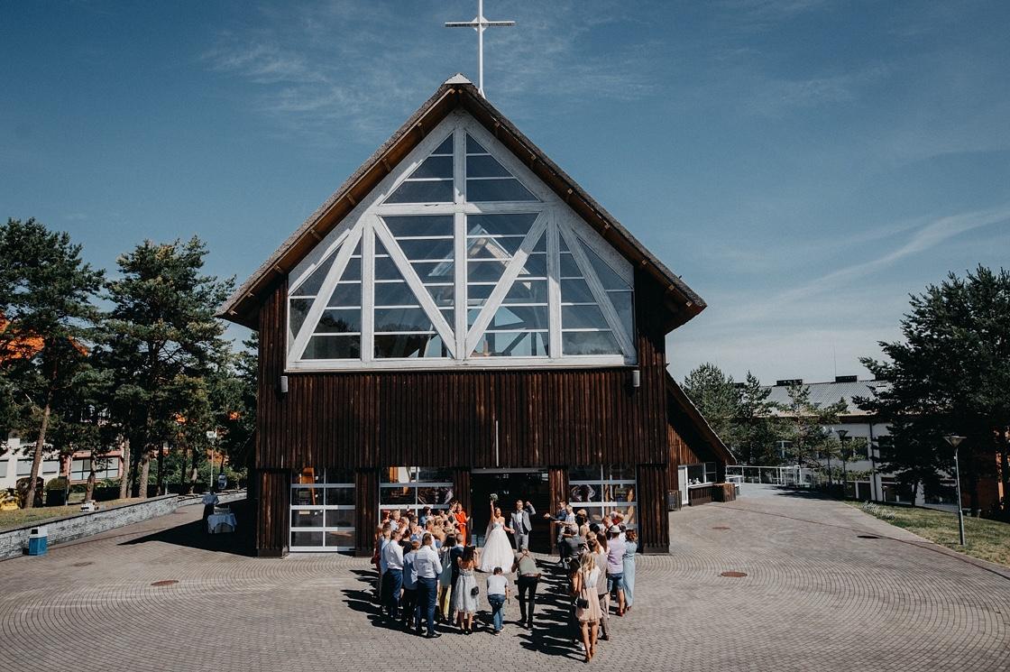 vestuvės Nidoje bažnyčia nuotaka puokštė jaunikis žiedlapiai fotografas Klaipėda Vilnius Kaunas