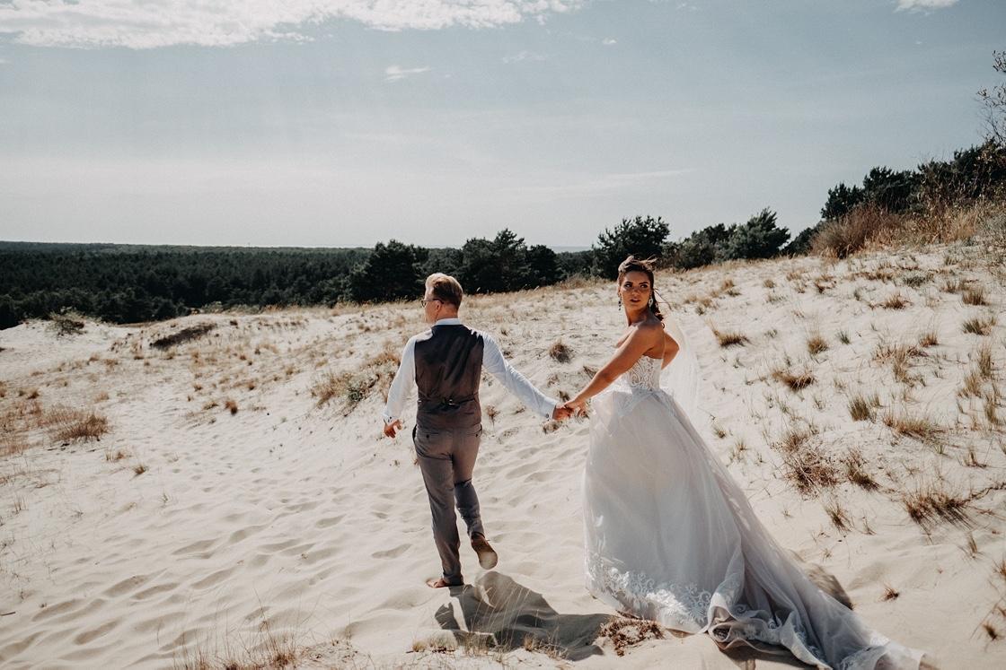 vestuvės Nidoje bažnyčia nuotaka puokštė jaunikis žiedlapiai fotografas kopos Parnidžio Klaipėda Vilnius Kaunas