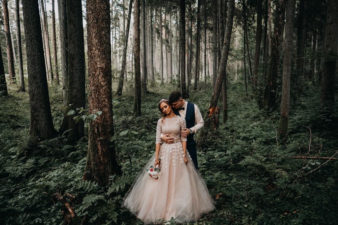 Vestuvinė fotosesija jaunieji miškas kostiumas suknelė Kaunas fotografas