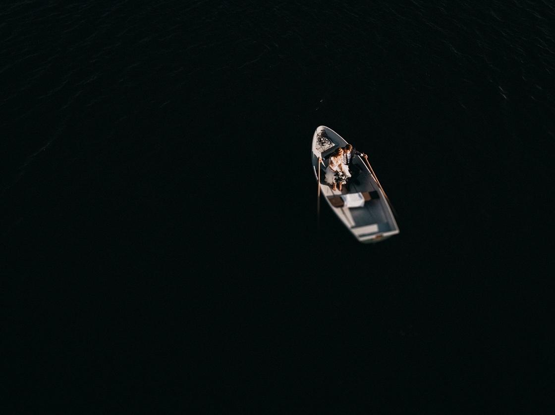 Vestuvių fotosesija valtyje iš aukštai dronas