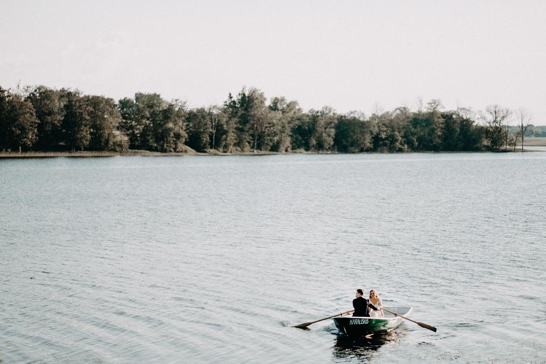 Vestuvių fotosesija valtyje