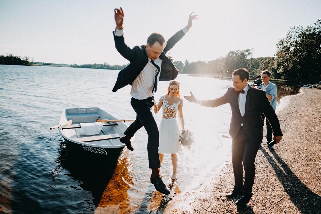 Vestuvių fotosesija valtyje šuolis Anykščiai
