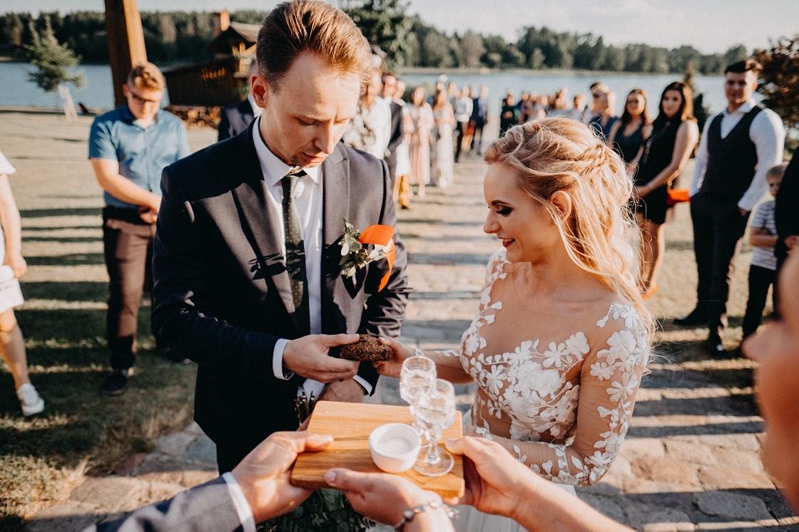 Vestuvių fotosesija jaunųjų pasitikimas duona ir druska