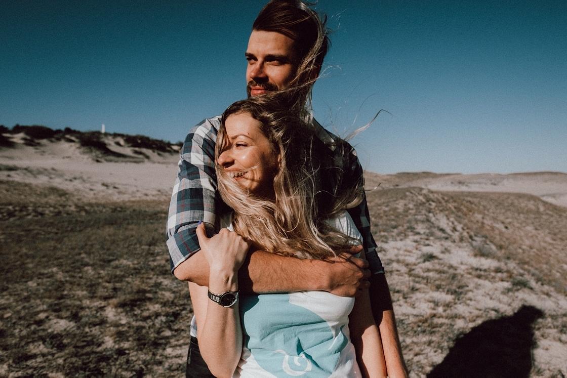 Priešvestuvinė Love story fotosesija Nidoje Parnidžio kopos vėjas plaukuose