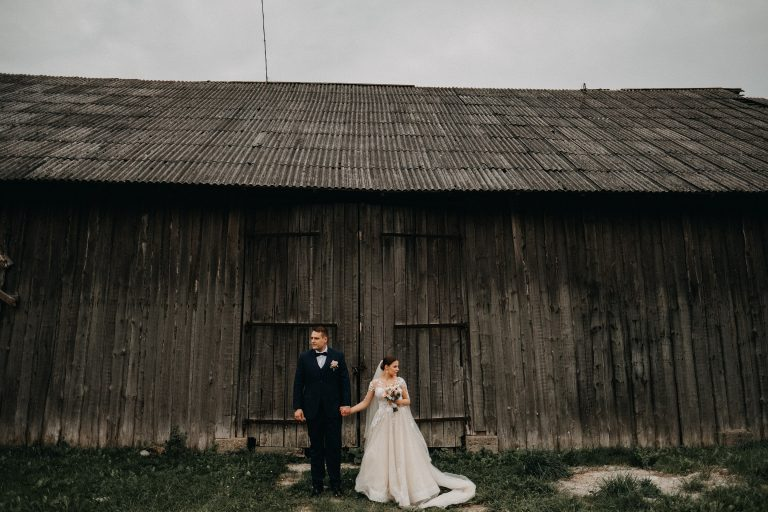 Vestuvės Vilnius fotografas gamta klėtis nuotaka puokštė suknelė kostiumas