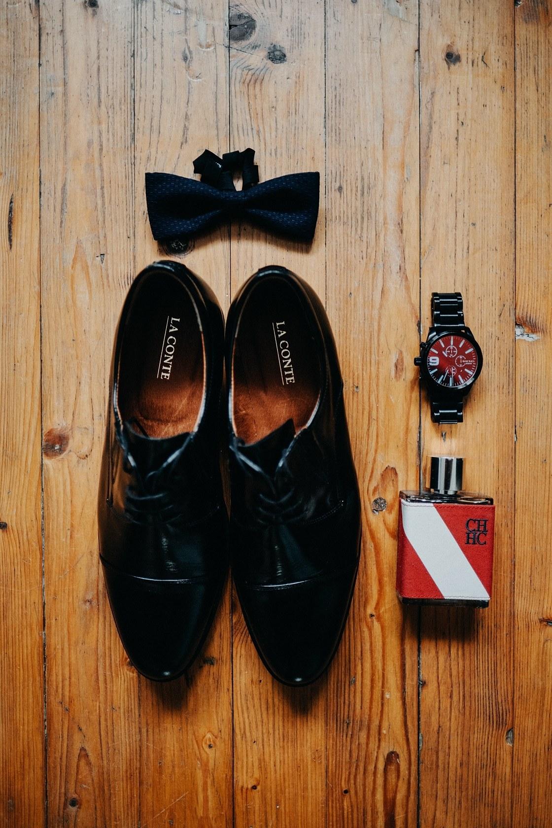 Vestuvinė fotosesija jaunojo pasiruošimas batai kvepalai varlytė laikrodis Vilnius Kaunas Klaipėda fotografas