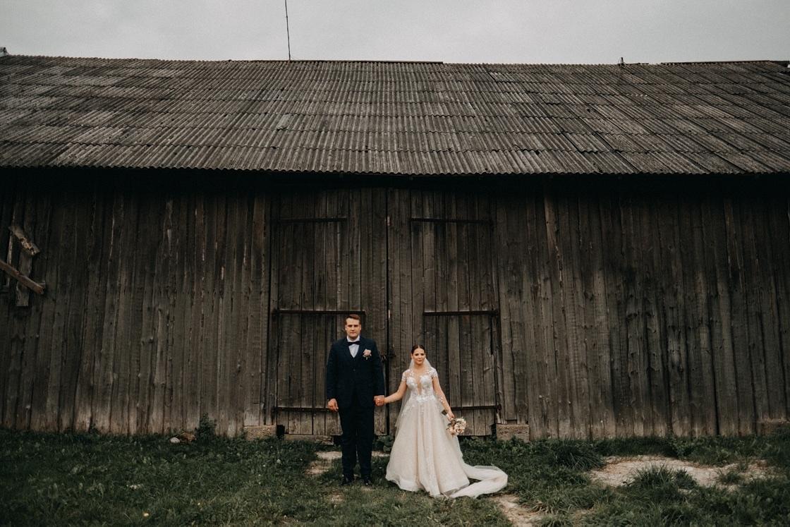 Vestuvinė fotosesija jaunieji nuotaka jaunikis senas pastatas Vilnius fotografas