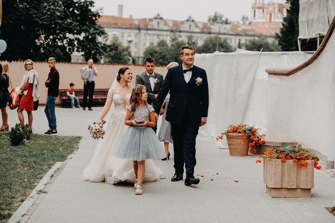 Vestuvinė fotosesija jaunieji suknelė kostiumas puokštė žiedai mergaitė Vilnius Kaunas Klaipėda fotografas