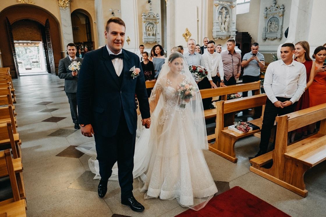 Vestuvinė fotosesija jaunieji Rapolo bažnyčia suknelė kostiumas puokštė Vilnius Kaunas Klaipėda fotografas