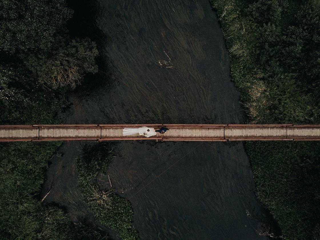 Vestuvinė fotosesija jaunieji dronas iš oro tiltas upė suknelė kostiumas puokštė Vilnius Kaunas Klaipėda fotografas