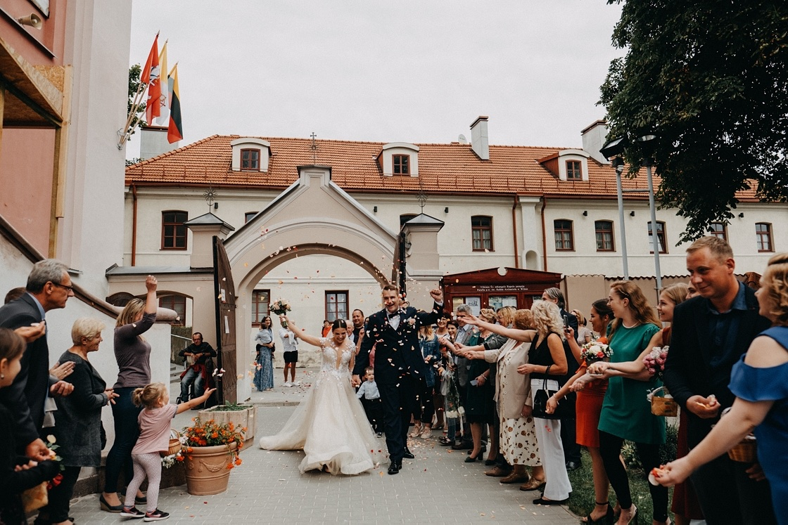 Vestuvinė fotosesija jaunieji Rapolo bažnyčia suknelė kostiumas puokštė žiedlapiai Vilnius Kaunas Klaipėda fotografas