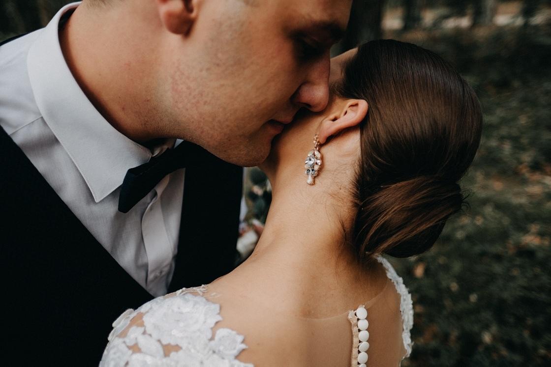 Vestuvinė fotosesija jaunieji miškas liemenė suknelė kostiumas puokštė Vilnius Kaunas Klaipėda fotografas