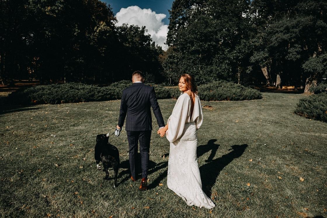 Vestuvinė fotosesija Verkiuose dvaras jaunieji suknelė šuo kostiumas Vilnius fotografas