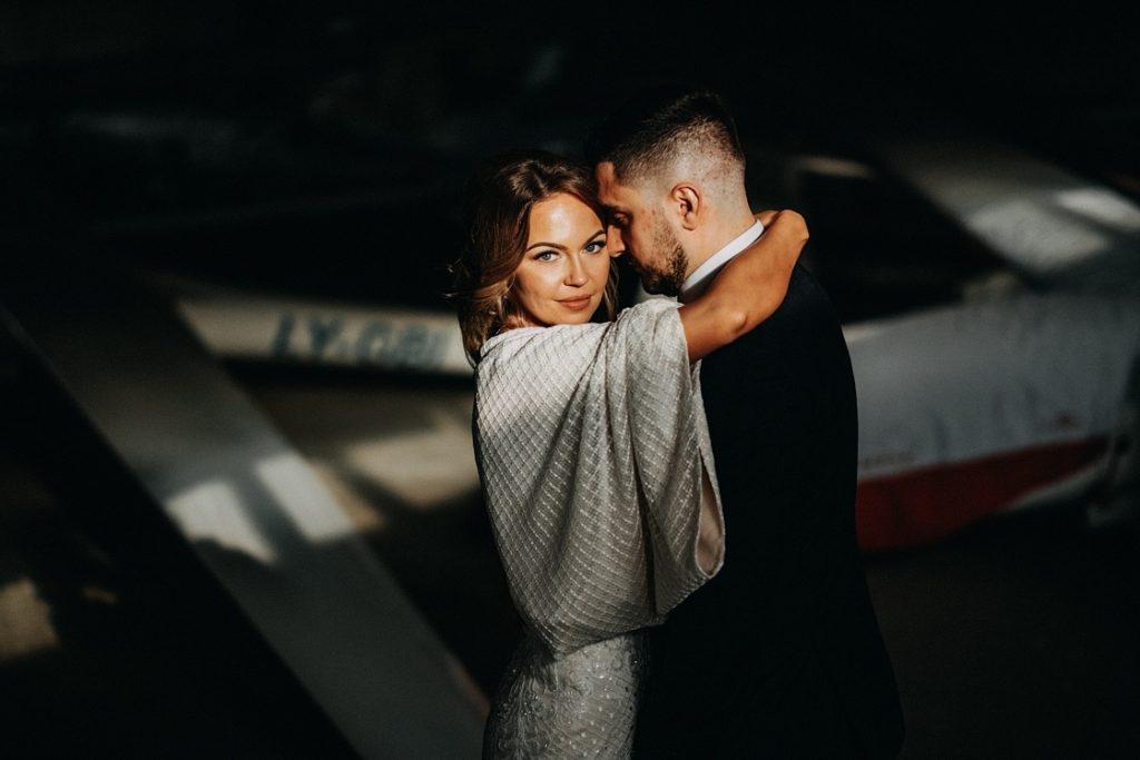 Vestuvinė fotosesija jaunieji aerodromas sklandytuvai lėktuvas suknelė nuotaka angaras Vilnius fotografas