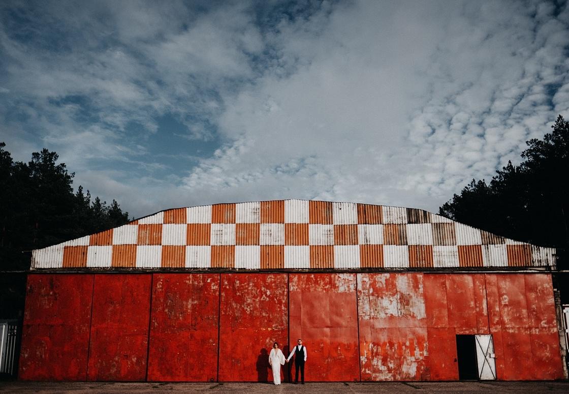 Vestuvinė fotosesija jaunieji aerodromas sklandytuvai lėktuvas suknelė nuotaka raudonos durys Vilnius fotografas