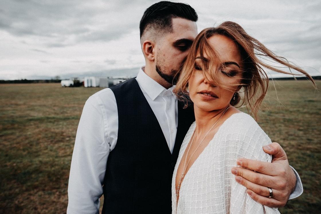 Vestuvinė fotosesija jaunieji aerodromas sklandytuvai lėktuvas suknelė nuotaka angaras vėjas Vilnius fotografas