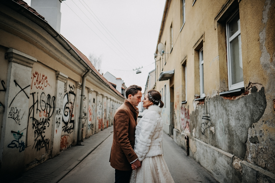 Vestuvės Kaunas fotografas suknelė nuotaka fotosesija kailinukai paltas swarowski žiema senamiestis