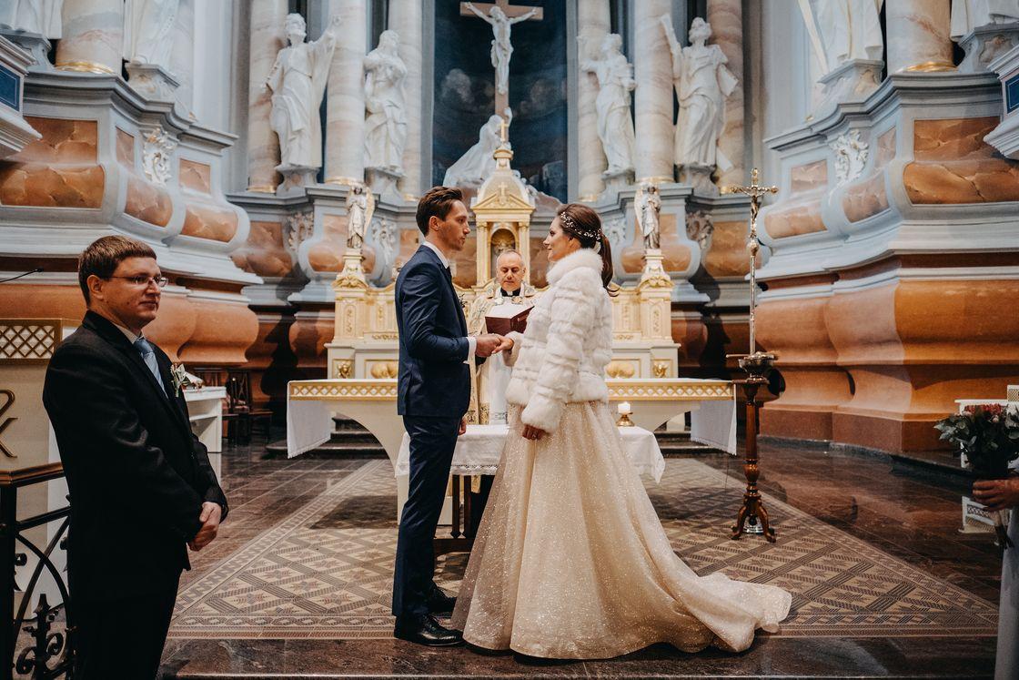 Vestuvės Kaunas fotografas suknelė nuotaka fotosesija kailinukai paltas swarowski žiema katedra ceremonija