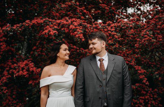 žiedai žydėjimas sodas vestuvės fotografas fotografija Fujifilm jaunieji raudona kostiumas suknele auskarai palaidi plaukai