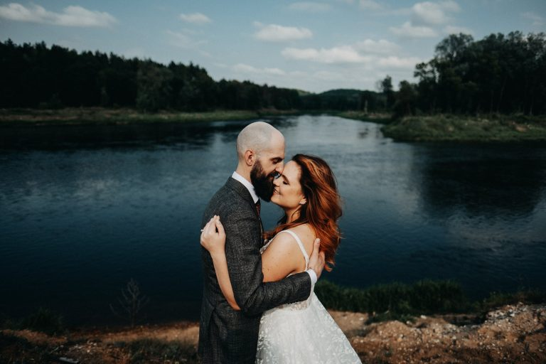 upė kernavė jaunieji pora fotosesija film lookslikefilm fujifilm photographer fotografas xt2 wedding vestuvės suknelė