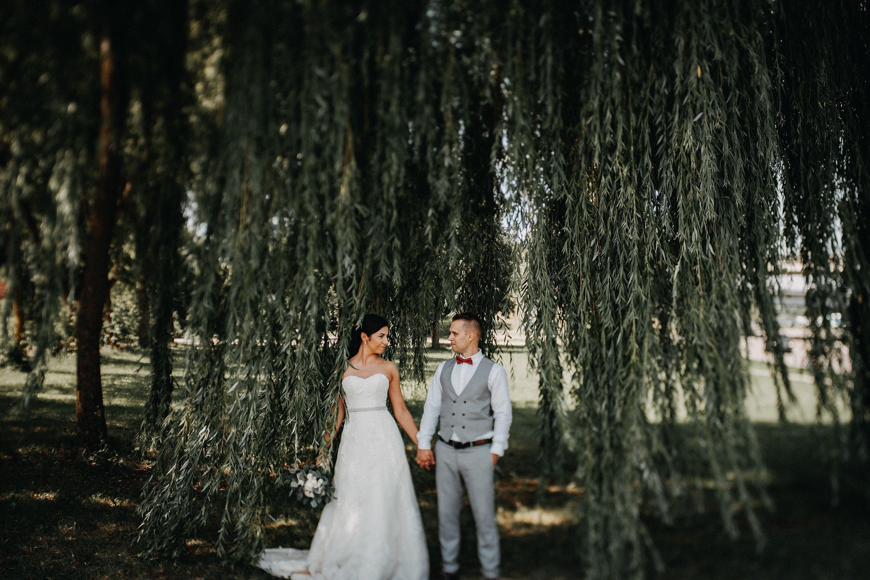 žilvytis karklas medis vestuvės jaunieji fotosesija Kaunas fotografas wedding įdėjos suknelė liemenė jaunasis fujifilm
