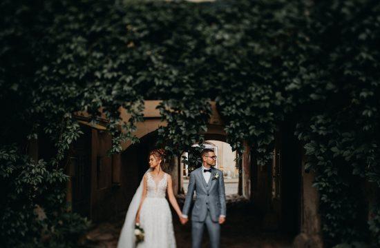 kiemas vestuvės fotosesija senamiestis Vilnius fotografas jaunieji nuotaka suknelė nuometas puokštė vijokliai rustic vintage boho