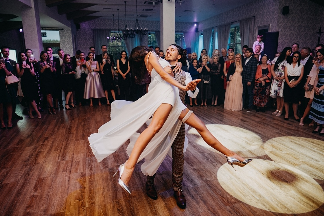 pirmasis šokis pirmas vestuvės vakarinė dalis šventė fotografas vestuvių įdėjos wedding first dance venue beauty martynas musteikis suknelė