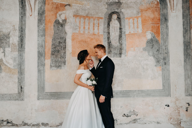 vienuolynas fotografas vestuvės jaunieji nuotaka classic klasika smokingas celebrity vilnius fotosesija skliautai barokas