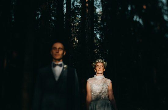 miškas saulė fotosesija vestuvės fotografas šešėliai įdėjos vainikėlis rustic boho nuotaka spinduliai varlytė Martynas Musteikis