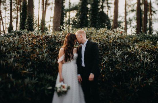 jaunieji nuotaka krūmai sodas vestuvės fotografas banguoti plaukai juodas kostiumas puokštė boho rustic Vilnius botanikos sodas