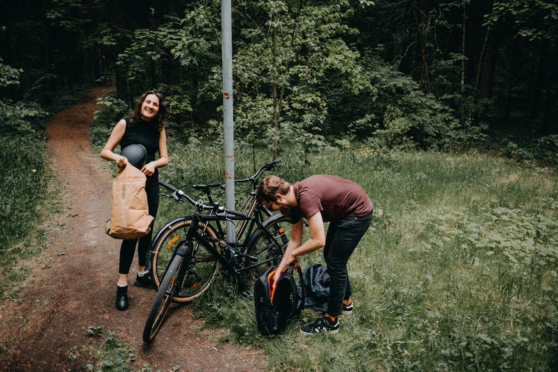 priešvestuvinė fotosesija love story fotografas vilnius miškas dviračiai meilė pora kuprinė šalmas
