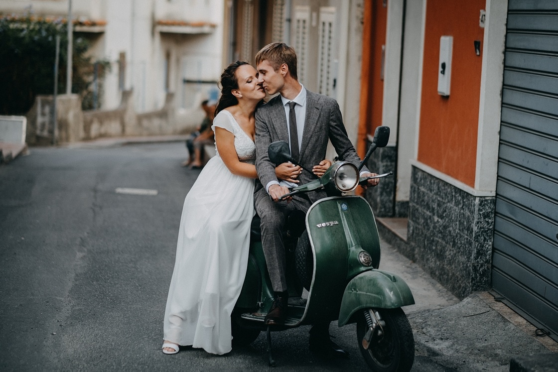 Sicilija Sicily vestuvių fotografas vespa motoroleris jaunieji vestuvės suknelė kostiumas