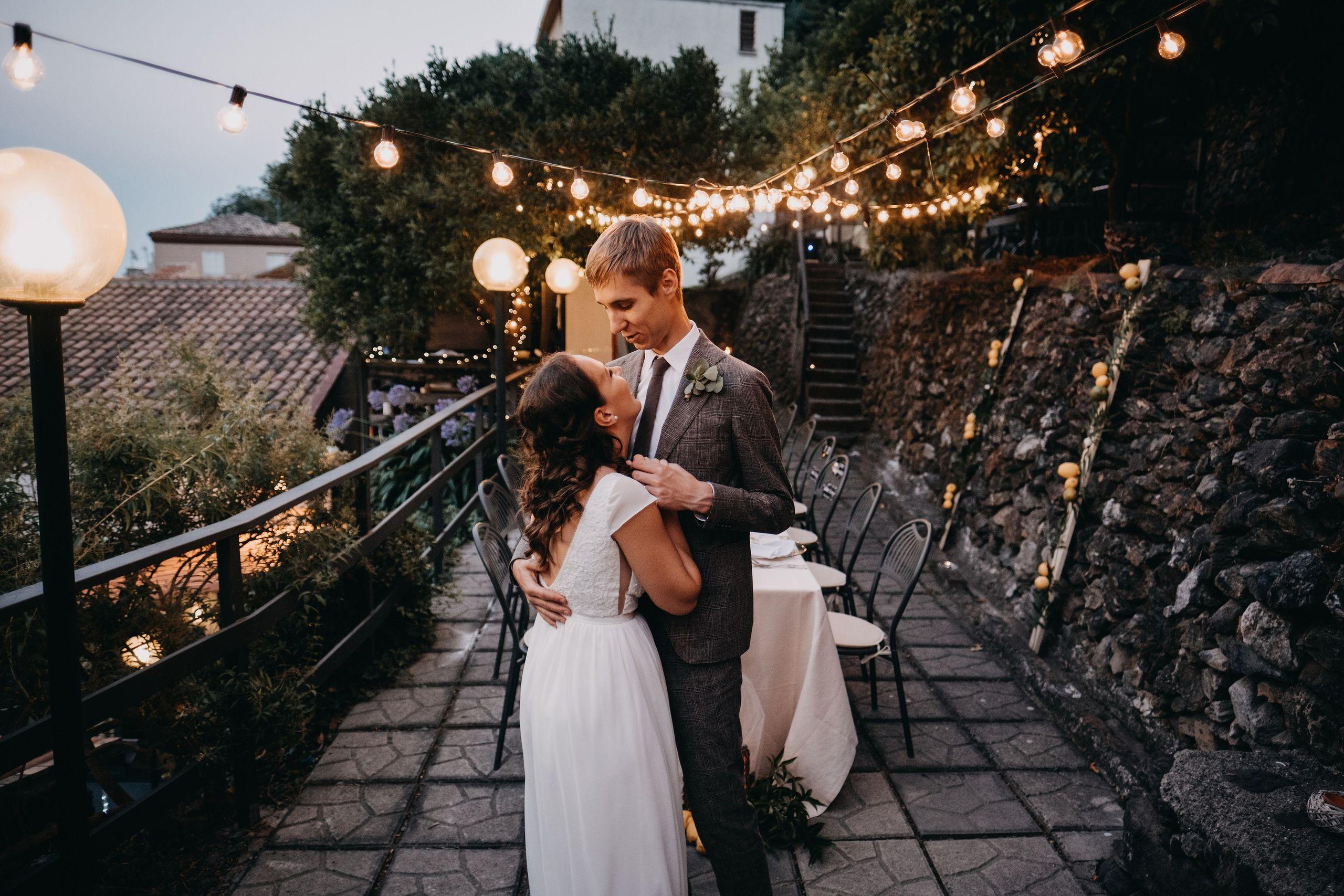 rustic boho stiliaus vestuvės fotosesija senas pastatas fotografas nuotaka suknelė Silcilija Italija kalnai Itala