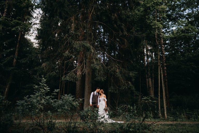 vestuvės jaunieji boho rustic fashion vintage kostiumas liemenė suknelė miškas eglės juosta fotografas fotosesija gražiausia geriausias