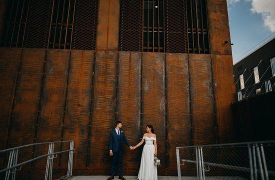 paupys siena geležis iron jaunieji vestuvės fotografas Vilnius geriausios nuotraukos turėklai mėlynas kostiumas boho suknelė puokštė