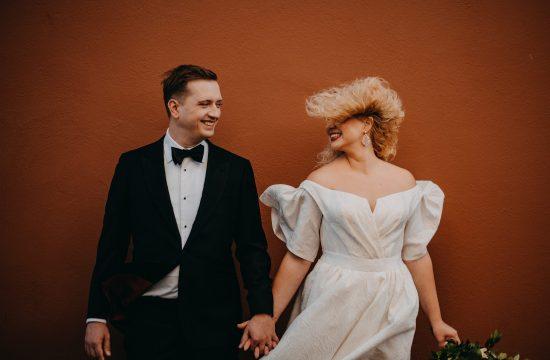 fotografas Martynas Musteikis smokingas juodas siena varlytė vėjas plaukai šukuosena jaunieji vestuvės fotosesija linksma fun įdėjos rustic boho stilius