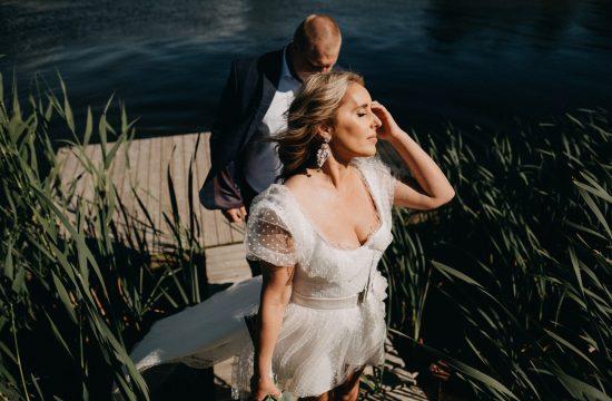 jaunieji fotografas vestuvės wedding gamta nendrės upė vanduo suknelė vėjas saulė nuotrauka geriausia