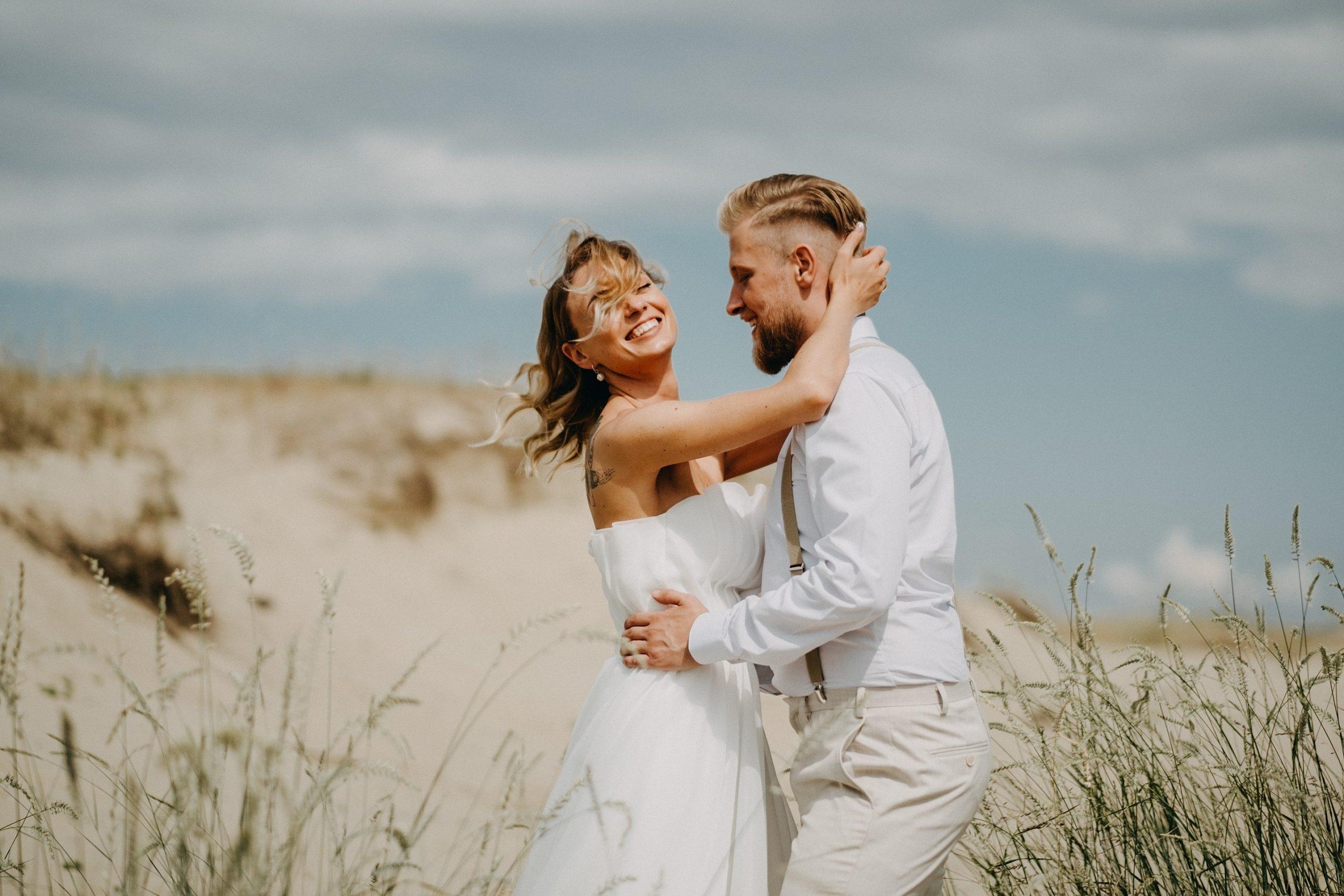 kopos smėlis nuotaka jaunieji vėjas saulė šukuosena šypsena plaukai petnešos geriausios nuotraukos fotografas Martynas Musteikis Nida